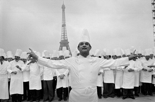 Trocadéro square. Gathering of 400 well-known French cooks in front of the Eiffel Tower for an advertisement ordered by the French Ministry of Tourism. In the foreground stands the famous chef Paul BOCUSE .